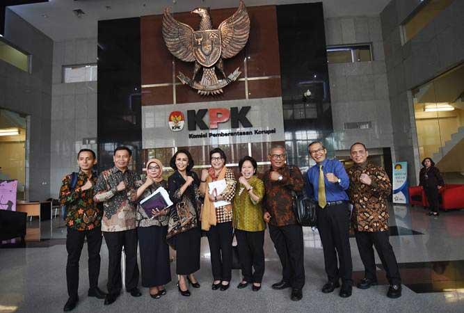 Wakil Ketua KPK Basaria Pandjaitan (tengah) dan Alexander Marwata (kedua kanan) berfoto bersama Ketua Pansel calon pimpinan KPK Yenti Garnasih (keempat kiri) dan anggota Harkristuti Harkrisnowo (keempat kanan), Diani Sadia Wati (ketiga kiri), Indriyanto Seno Adji (kanan), Al Araf (kiri), Mualimin Abdi (kedua kiri), dan Marcus Priyo Gunarto di Gedung KPK, Jakarta, Rabu (12/6/2019). - ANTARA/Indrianto Eko Suwarso