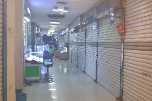 Sejumlah gerai di salah satu pusat perbelanjaan masih tampak tutup pada Kamis (6/6/2019) sedangkan gerai yang sudah beroperasi tampak mulai dipadati pengunjung. - Bisnis/Juli E. Manalu