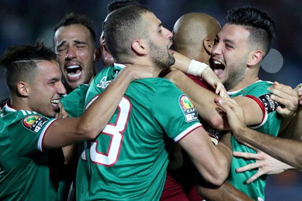 Para pemain Aljazair bersukacita selepas menang adu penalti melawan Pantai Gading. - Reuters/Suhaib Salem