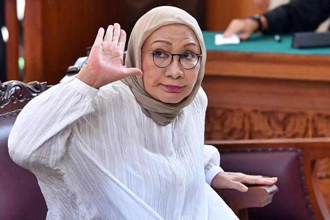 Terdakwa kasus dugaan penyebaran berita bohong atau hoaks penganiayaan Ratna Sarumpaet melambaikan tangannya saat bersiap menjalani sidang putusan di Pengadilan Negeri Jakarta Selatan, Jakarta, Kamis (11/7/2019). - ANTARA/Sigid Kurniawan
