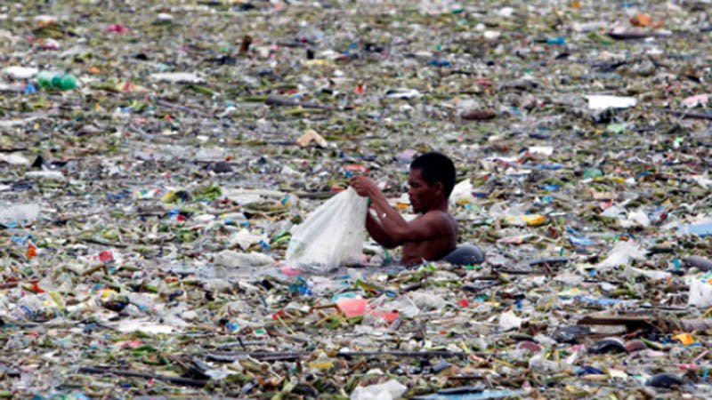 Sampah plastik menumpuk di perairan Teluk Manila, Filipina. - Reuters