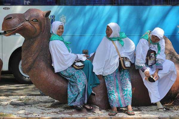 Jemaah calon haji kloter dua menunggu jadwal keberangkatan di Asrama Haji Embarkasi Surabaya, di Surabaya, Jawa Timur, Jumat (28/7). - ANTARA/Moch Asim