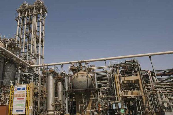 Ilustrasi pabrik petrokimia - Reuters/Raheb Homavandi