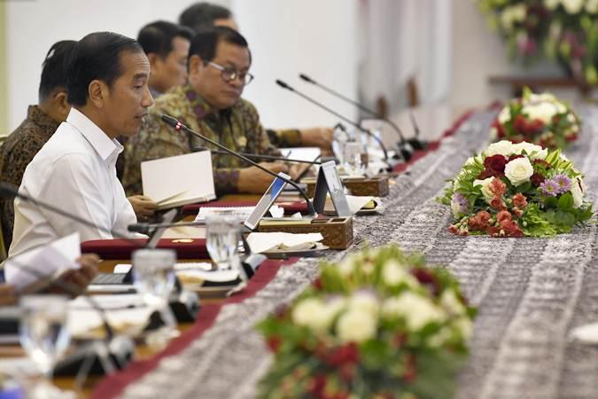Presiden Joko Widodo (kiri) memimpin rapat terbatas tentang percepatan pembangunan Jawa Tengah, di Istana Bogor, Jawa Barat, Selasa (9/7/2019). - ANTARA/Puspa Perwitasari
