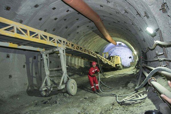 Pekerja mengatur kabel di area Tailrace Tunnel proyek PLTA Jatigede, di Sumedang, Jawa Barat, Kamis (6/4). - Antara/Aprillio Akbar