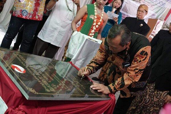 Direktur Utama RNI DidikPrasetyo.B. menantangani prasasti tanpa peresmian kantor dan gudang baru milik PT Rajawali Nusindo di Jl Indronoto, Sukoharjo Jawa Tengah, Jumat (12/7/2019). - Istimewa