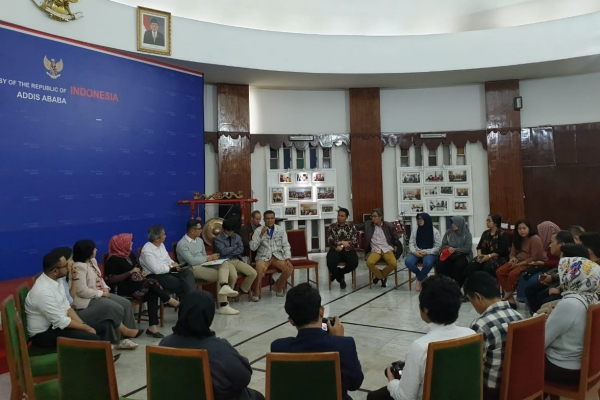 diskusi antara Direktur Afrika, Kementerian Luar Negeri Daniel Tumpal S. Simanjuntak dengan sejumlah pimpinan perusahaan Indonesia di Ethiopia serta masyarakat Indonesia di Addis Ababa, bertempat di KBRI Addis Ababa, Jumat (12/7/2019) malam. - KBRI Addis Ababa