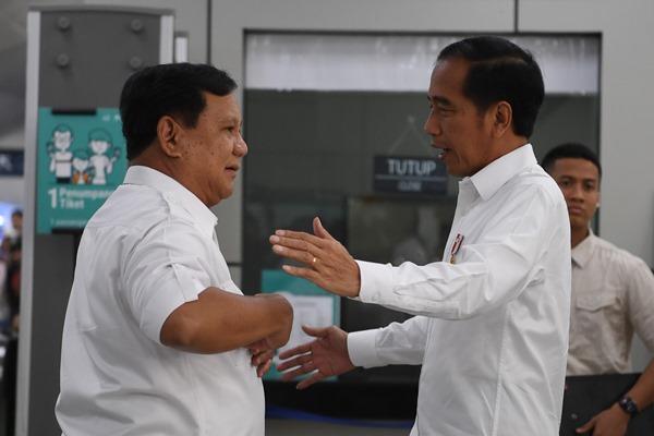Presiden Joko Widodo (kanan) berbincang dengan Ketua Umum Partai Gerindra Prabowo Subianto (kiri) saat tiba di Stasiun MRT Lebak Bulus, Jakarta, Sabtu (13/7/2019). Kedua kontestan dalam Pemilihan Umum Presiden dan Wakil Presiden tahun 2019 lalu ini bertemu di Stasiun MRT Lebak Bulus dan selanjutnya naik MRT dan diakhiri dengan makan siang bersama. - ANTARA FOTO/Wahyu Putro A