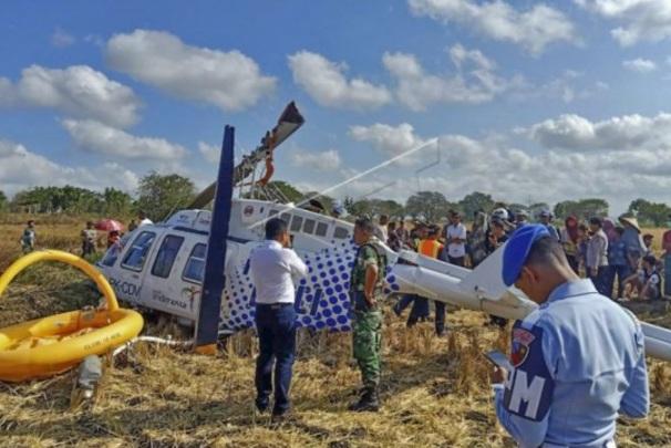 Sejumlah petugas berada di dekat pesawat helikopter B206L4 PKCDV milik PT. Carpediem Air rute Labuan Bajo-Lombok yang jatuh di luar pagar Bandara Internasional Lombok - Antara