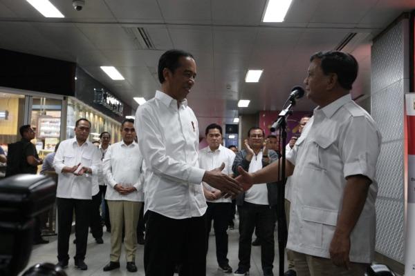 Presiden Joko Widodo dan Ketua Umum Partai Gerindra Prabowo Subianto berjabat tangan sebelum menggelar konferensi pers di Stasiun MRT Senayan, Jakarta, Sabtu (13/7/2019). Ini merupakan pertemuan pertama Jokowi-Prabowo setelah Pemilihan Presiden (Pilpres) 2019./JIBI - BISNIS/Dedi Gunawan