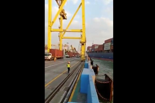 Tangkapan layar video kapal menabrak crane di Tanjung Emas Semarang - Twitter