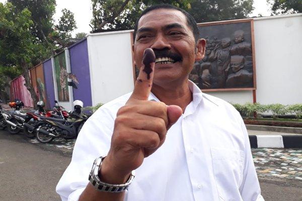 Wali Kota Solo, F.X. Hadi Rudyatmo, menunjukkan jari telunjuk sesuai memberikan hak suaranya pada Pemilu 2019 di TPS 28, Pucangsawit, Jebres, Solo, Rabu (17/4 - 2019). (Solopos/Nicolous Irawan)