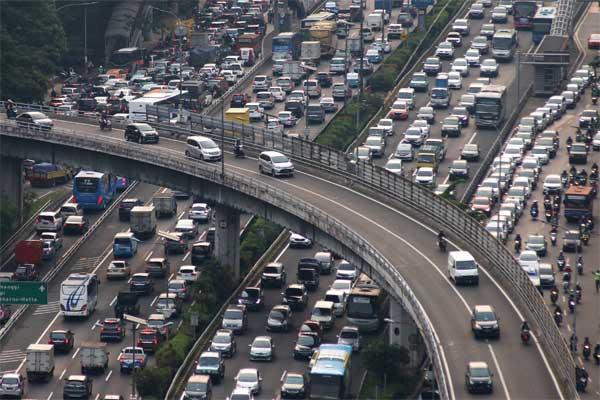 Ilustrasi: Kendaraan terjebak kemacetan di ruas jalan tol dalam kota, Jalan Gatot Subroto, Jakarta, Selasa (16/5). - Antara/Rivan Awal Lingga