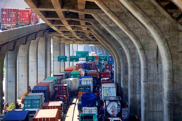 Truk pengangkut peti kemas melintasi kawasan Pelabuhan Tanjung Priok, di Jakarta, Kamis (3/8). - JIBI/Nurul Hidayat