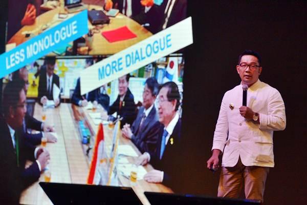 Gubernur Jawa Barat Ridwan Kamil menyampaikan presentasinya dalam Konferensi Internasional Ekonomi Kreatif (WCCE) di Nusa Dua, Bali, Rabu (7/11/2018). - ANTARA/Nyoman Budhiana