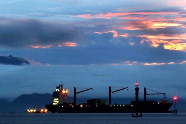 Aktivitas kapal pengangkut peti kemas di Pelabuhan Jayapura, Papua, yang dikelola oleh Pelindo IV, Rabu (15/11). - JIBI/Nurul Hidayat