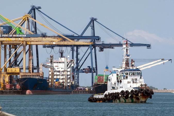 Kapal pandu menunggu kapal yang akan bersandar di Pelabuhan Makassar, Sulawesi Selatan, Senin (15/7/2019). - Bisnis/Paulus Tandi Bone