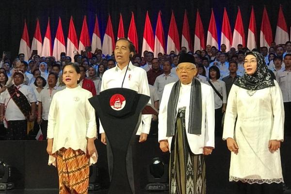 Presiden terpilih Joko Widodo, Iriana Joko Widodo (kiri), Wakil Presiden terpilih Ma'ruf Amin (dua-kanan), Wury Estu Handayani (kanan), dalam acara penyampaian