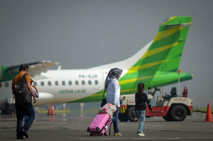 Penumpang berjalan memasuki pesawat di Bandara Husein Sastranegara, Bandung, Jawa Barat, Senin (1/7/2019). - ANTARA/Raisan Al Farisi