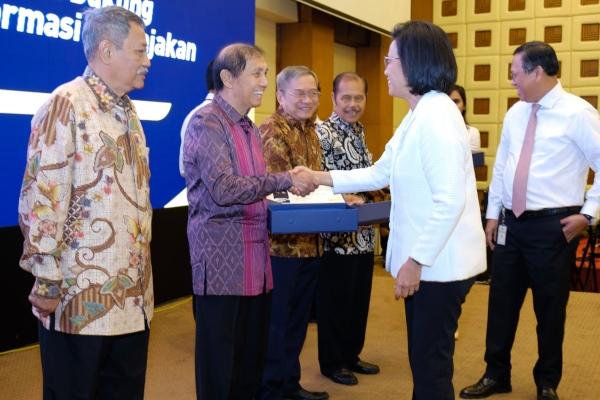 Mantan Dirjen Pajak sekaligus mantan Ketua BPK Hadi Poernomo menerima penghargaan dari Menteri Keuangan Sri Mulyani Indrawati, saat peringatan Hari Pajak di Jakarta, Senin (15/7/2019). Edi Suwiknyo - Bisnis