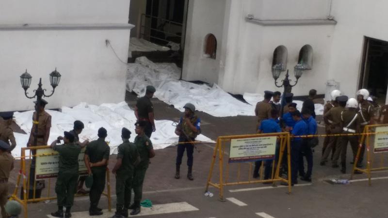 Polisi Sri Lanka mengidentifikasi mayat korban serangan bom di Gereja St Anthony, Kota Kolombo, 21 April 2o19. - Reuters