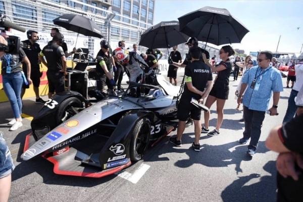 Gubernur DKI Jakarta Anies Baswedan melihat mobil Formula E - Instagram