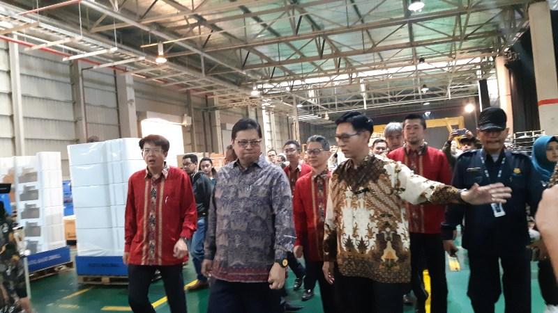 Menteri Perindustrian Airlangga Hartarto (kedua dari kiri) dalam acara Peresmian Lini Produksi Mesin Cuci Baru PT Sharp Electronics Indonesia di Karawang, Selasa (16/7/2019) - Annisa Sulistyorini