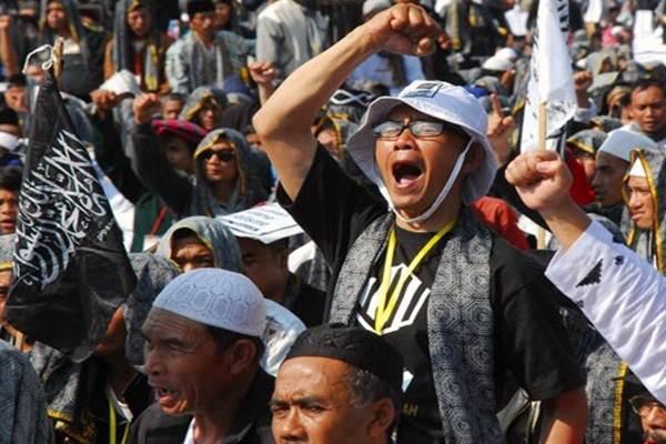 Massa yang tergabung dalam Hizbut Tahrir Indonesia (HTI) saat mengadakan Rapat dan Pawai Akbar (RPA) 2015 dengan membawa tema