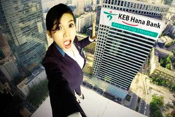 Seorang karyawan Bank KEB Hana melakukan selfie. - Bisnis.com