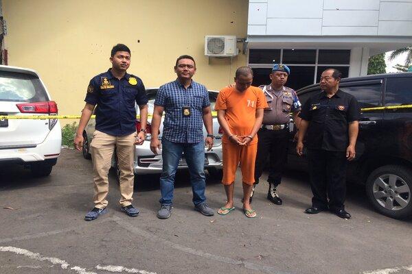 Pelaku YW (tengah) bersama petugas saat memperlihatkan barang bukti kejahatan di Mapolres Sleman, Selasa (16/7). - JIBI/Yogi Anugrah