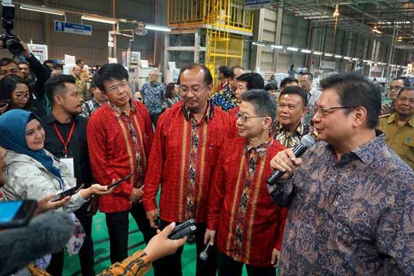 Menteri Perindustrian, Airlangga Hartarto (kiri) pada pada seremoni penambahan lini produksi di pabrik mesin cuci Sharp Indonesia, Karawang International Industrial City (KIIC), Selasa (16/7/ 2019) - Istimewa