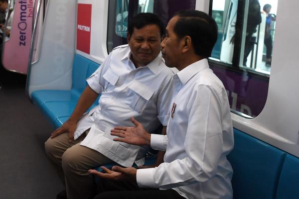 Presiden Joko Widodo (kanan) berbincang dengan Ketua Umum Partai Gerindra Prabowo Subianto di dalam gerbong kereta MRT di Jakarta, Sabtu (13/7/2019)./ANTARA FOTO - Wahyu Putro A