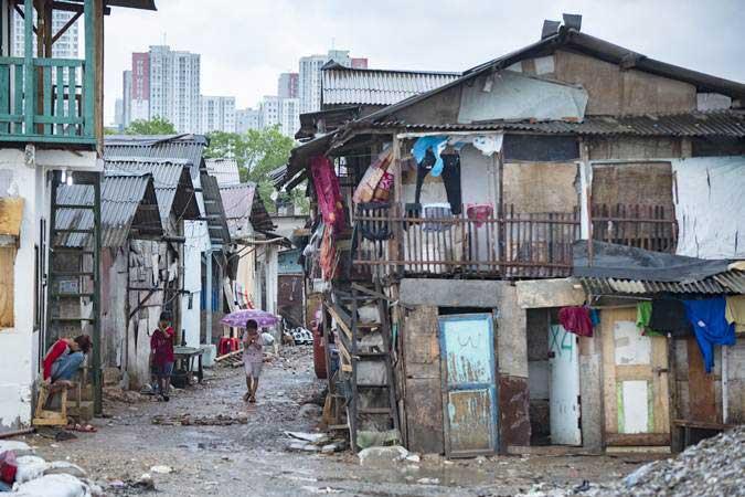 Warga beraktivitas di permukiman semi permanen di Kampung Kerang Ijo, Muara Angke, Jakarta, Selasa (22/1/2019). - ANTARA/Aprillio Akbar