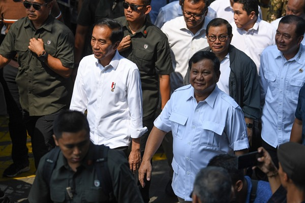 Presiden Joko Widodo (kedua kiri) dan Ketua Umum Partai Gerindra Prabowo Subianto (kanan) berjalan bersama di kawasan Senayan, Jakarta, Sabtu (13/7/2019). Kedua kontestan dalam Pemilihan Umum Presiden dan Wakil Presiden tahun 2019 lalu ini bertemu di Stasiun MRT Lebak Bulus dan selanjutnya naik MRT dan diakhiri dengan makan siang bersama. - ANTARA FOTO/Wahyu Putro A