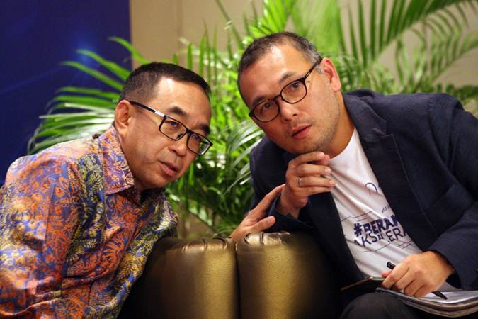 Ketua Umum Asosiasi Perusahaan Pembiayaan Indonesia Suwandi Wiratno (kiri) berbincang dengan Chief Risk Officer Akseleran Elquino Simanjuntak di sela-sela diskusi Digital Economic Forum, di Jakarta, Kamis (28/3/2019). - Bisnis/Dedi Gunawan