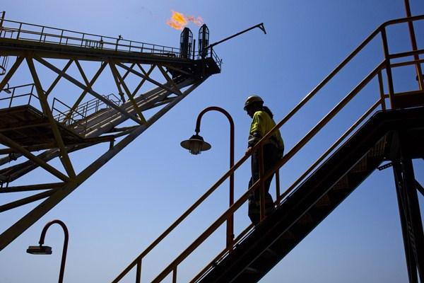 Ilustrasi pengeboran minyak lepas pantai. - Bloomberg/Angel Navarrete