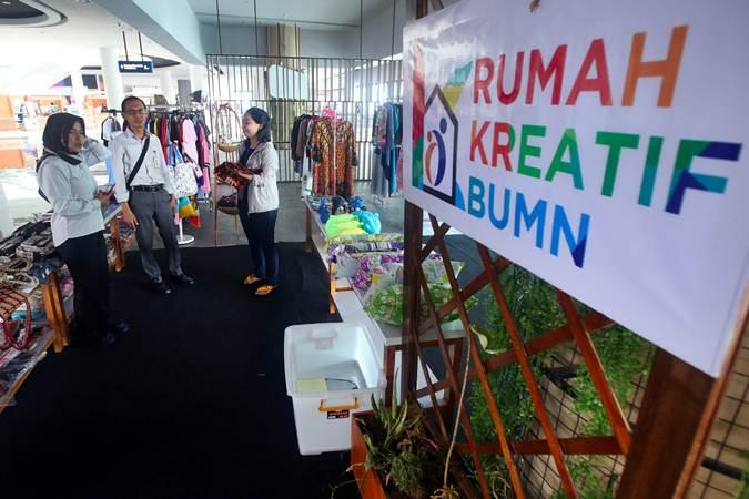 Petugas menjelaskan produk kerajinan UMKM yang dipajang di Rumah Kreatif BUMN (RKB) yang dikelola BNI di Dermaga 6 Esekutif Pelabuhan Merak, Banten, Senin (29/4/2019). - Bisnis/Abdullah Azzam