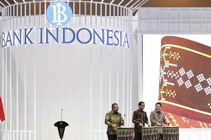 Presiden Joko Widodo (tengah) didampingi Kepala Bekraf Triawan Munaf (kanan) dan Gubernur Bank Indonesia Perry Warjiyo membuka Pameran Karya Kreatif Indonesia di JCC Senayan, Jakarta, Jumat (12/07/2019). - ANTARA/Puspa Perwitasari