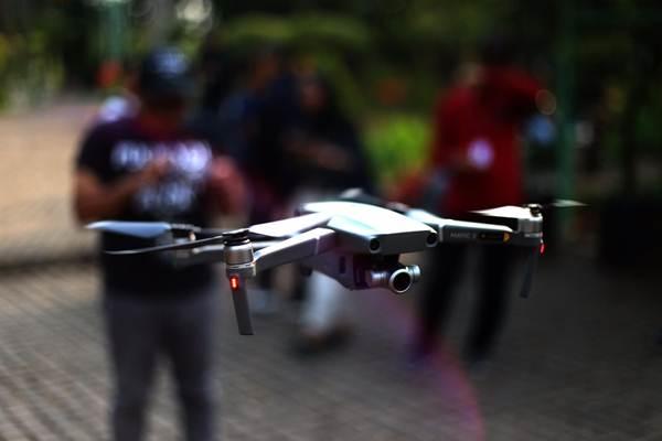 Pengunjung mencoba drone terbaru seri Mavic 2 Pro di Jakarta, Jumat (12/10/2018). - JIBI/Nurul Hidayat