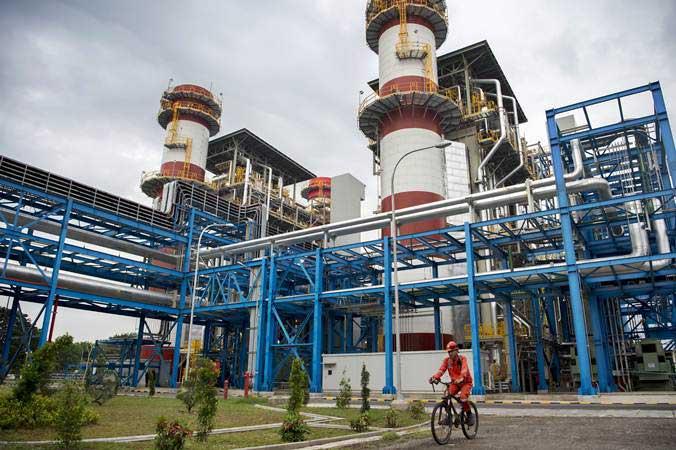 Pekerja berkeliling saat melakukan pemeliharaan rutin di Pembangkit Listrik Tenaga Gas Uap (PLTGU) Grati di Kabupaten Pasuruan, Jawa Timur, Kamis (21/3/2019). - ANTARA/Widodo S Jusuf