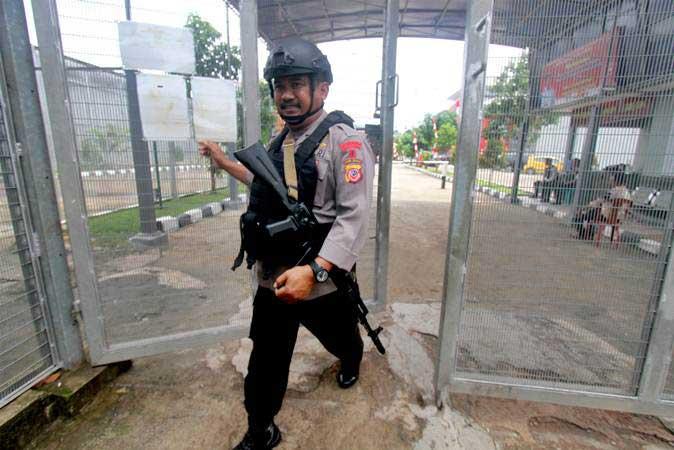 Personel kepolisian berjalan saat berjaga di pintu masuk Lapas Gunung Sindur di Bogor, Jawa Barat - ANTARA/Yulius Satria Wijaya