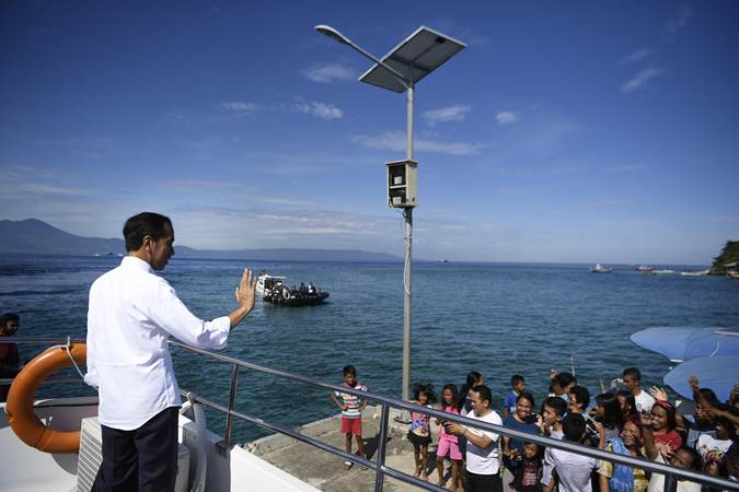 Presiden Joko Widodo (kiri) berpamitan kepada warga usai mengunjungi kawasan wisata Bunaken di Sulawesi Utara, Jumat (5/7/2019). - ANTARA/Puspa Perwitasari