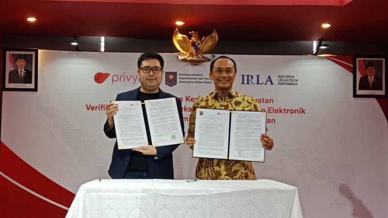 CEO PrivyID Marshall Pribadi dan Dirjen Dukcapil Kemendagri Zudan Arif Fakrulloh usai menandatangani perjanjian kerja sama, Jumat (29/3/2019). - Bisnis/Deandra Syarizka