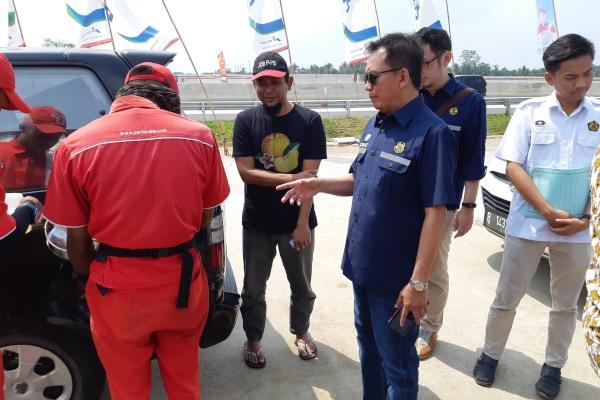 Kepala BPH Migas Fanshurullah Asa (tengah) meninjau ketersediaan BBM di SPBU coco 21.353.12 modular Km 87 Tol Lampung - Terbanggi Besar, Lampung, Sabtu (1/6/2019). - Bisnis/David Eka Issetiabudi