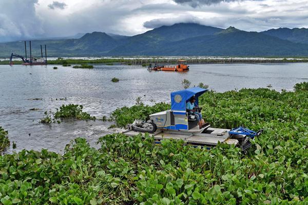 Operator mengoperasikan kapal pengeruk khusus untuk enceng gondok di Danau Rawa Pening, Bawen, Kabupaten Semarang, Jawa Tengah, Selasa (14/3). - Antara/Aditya Pradana Putra