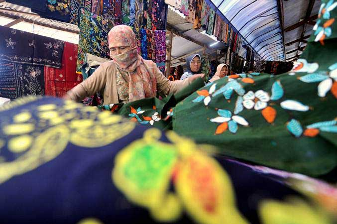 Pedagang batik menunggu pembeli di Pasar 17 Agustus, Pamekasan, Madura, Jawa Timur, Kamis (16/5/2019). - ANTARA/Saiful Bahri