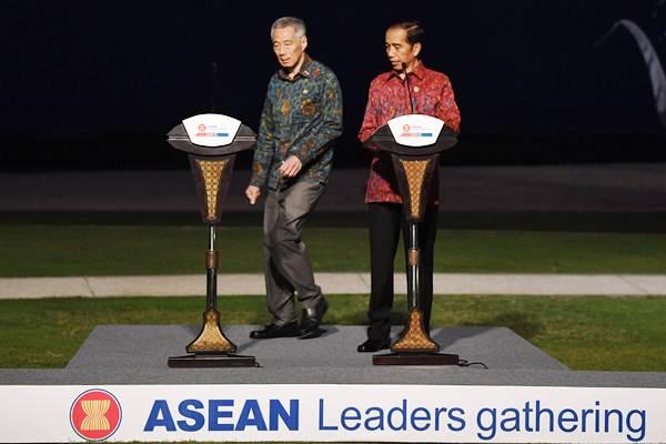 Presiden Joko Widodo (kanan) bersama Perdana Menteri Singapura Lee Hsien Loong bersiap menyampaikan keterangan pers bersama dalam rangkaian pertemuan ASEAN Leaders Gathering di Sofitel Nusa Dua, Bali, Kamis (11/10/2018). - ANTARA/Puspa Perwitasari