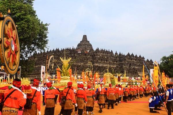 Sejumlah umat Budha mengikuti kirab saat prosesi kirab Waisak 2563 BE/2019 di kawasan Candi Borobudur, Magelang, Jawa Tengah, Sabtu (18/5/2019). Prosesi kirab dari Candi Mendut menuju Candi Borobudur yang diikuti oleh ribuan umat Budha itu menjadi rangkaian puncak peringatan Tri Suci Waisak 2019. - ANTARA / Andreas Fitri Atmoko