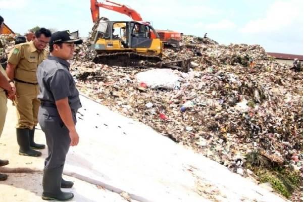 Wali Kota Tangerang H. Arief R Wismansyah saat mengunjungi Tempat Pemrosesan Akhir (TPA) sampah Rawa Kucing, Selasa (15/4/2014). - tangerangkota.go.id