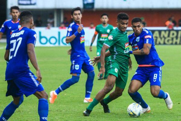 Pertandingan antara PSIS Semarang (biru) dan PSS Sleman (hijau). PSIS menang 3 - 1. - Antara/Andreas Fitri Atmoko